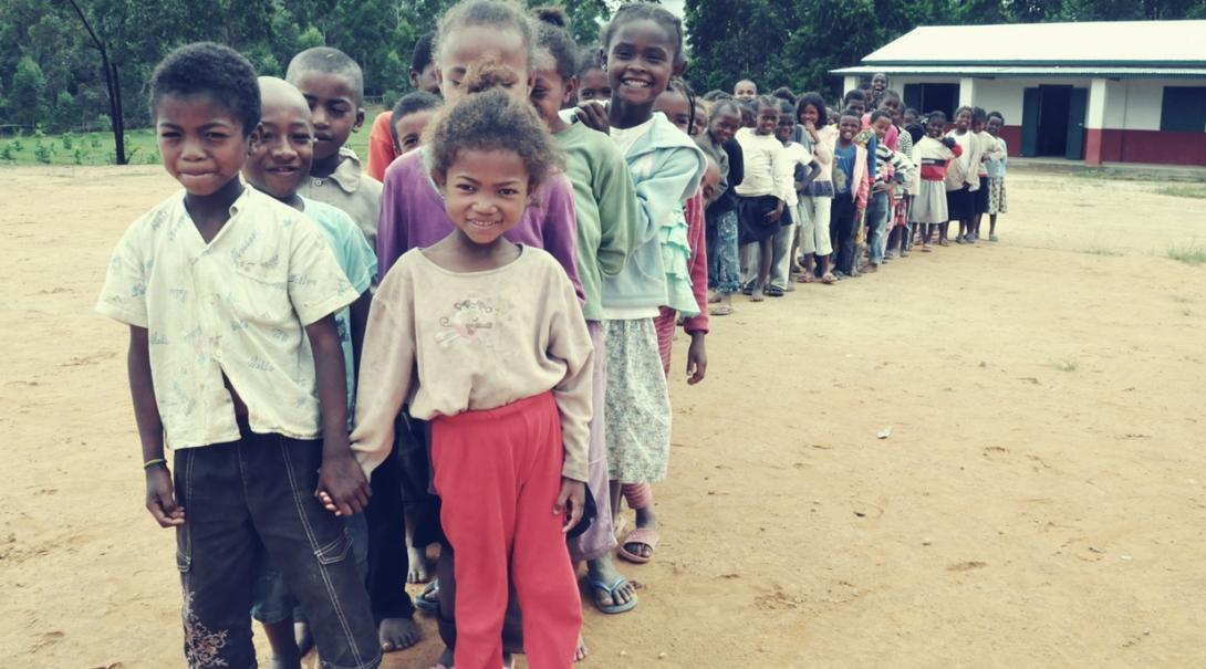 校庭で整列するマダガスカルの子供たち